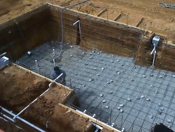 Строительство бассейна из бетона – заливка чаши