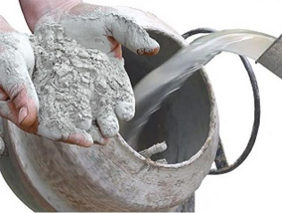 С какой целью регулируется количество воды при изготовлении бетона?